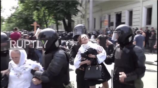 50-mars-lgbt-chisinau-2018-statul-ateu-ataca-ortodocsi-politia-salta-copii-romani-in-port-popular